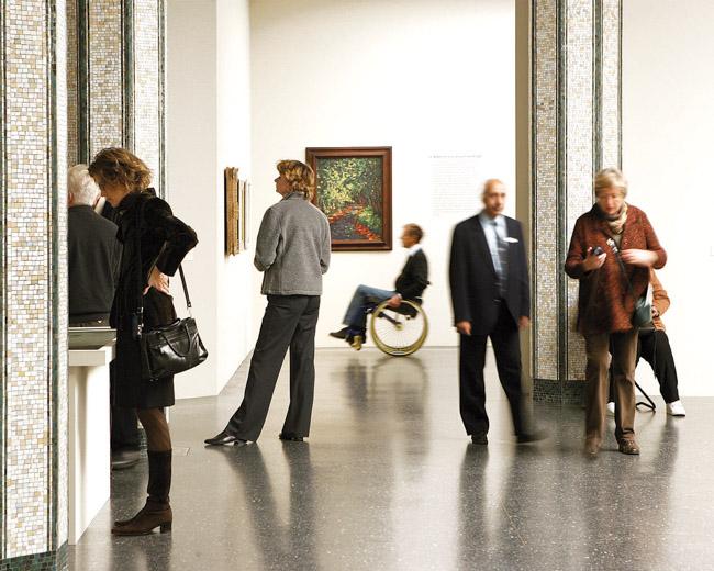 Die Brücke und die Moderne. Blick in die Ausstellung mit Besuchern. Copyright: Bucerius Kunst Forum, Foto: Ulrich Perrey