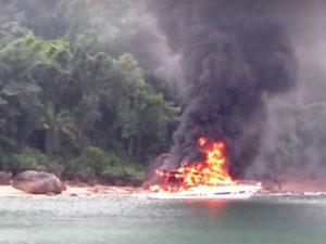Incêndio em embarcação Foto Claudio Carlos Reproducão