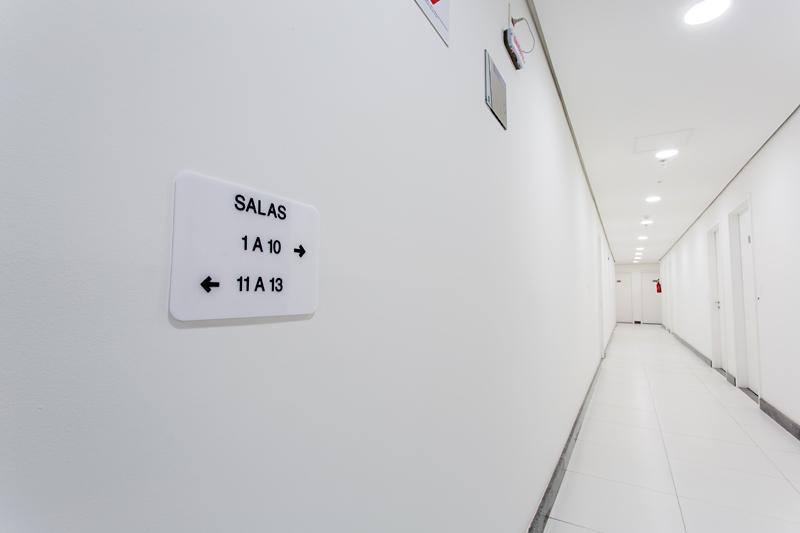 Placa em braille de identificação de ambientes (salas)