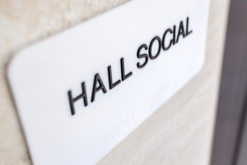 Placa em braille de identificação de ambientes (hall social)