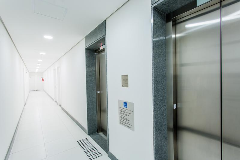 Piso tátil de alerta para deficientes visuais e pessoas com baixa visão/ Batente de elevador em braille/ Placa com leis de elevador em braille