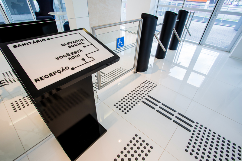 Mapa tátil em braille/ Pisos táteis de alerta e direcional para deficientes visuais e pessoas com baixa visão/ Pictograma de local acessível