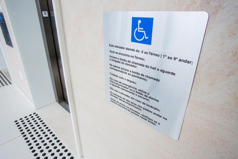 Placa com leis de elevador em braille/ Piso tátil de alerta para deficientes visuais e pessoas com baixa visão/ Batente de elevador em braille