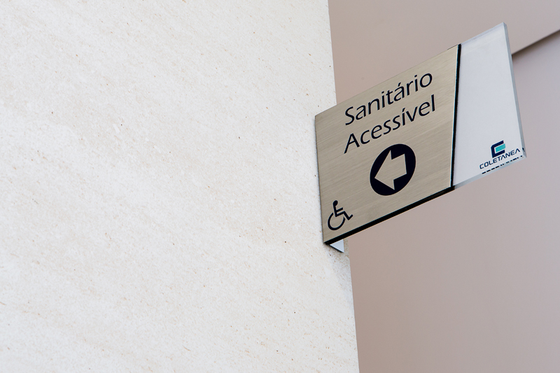Placa de identificação de ambientes (sanitário acessível)