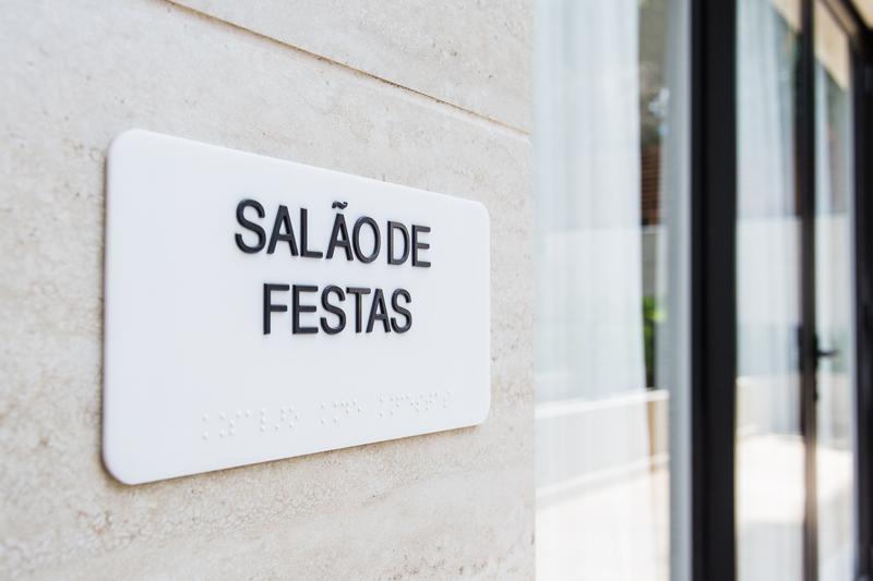 Identificação de ambiente em braille (salão de festas)