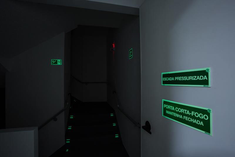 Placas fotoluminescentes (porta corta-fogo, escada pressurizada, rota de evacuação, andar)/ Sinalização em braille para corrimãos/ Sinalizador fotoluminescente para degraus