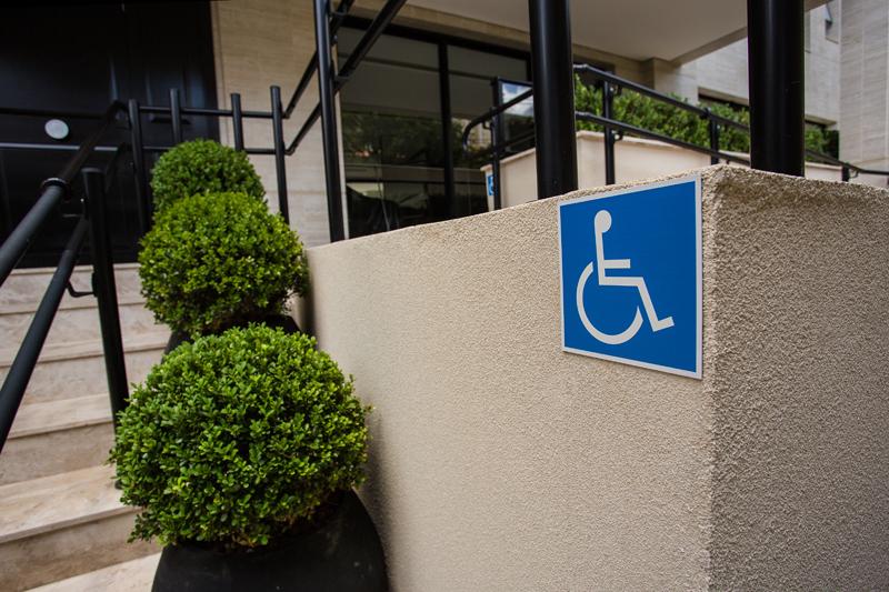 Placa de local acessível para cadeirantes