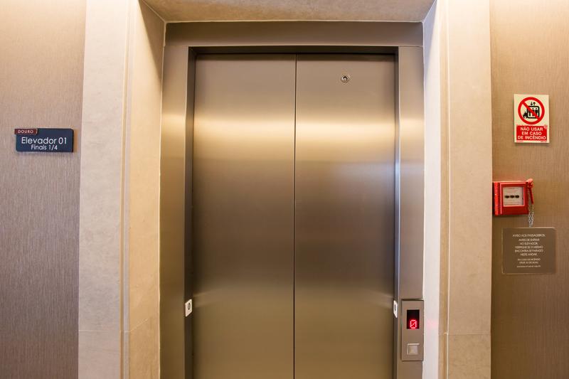Identificação de ambiente (andar)/ Batente de elevador com braille/ Placas com leis de elevador
