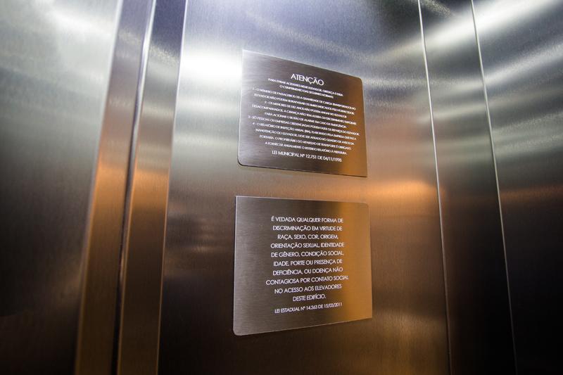 Placas com leis de elevador