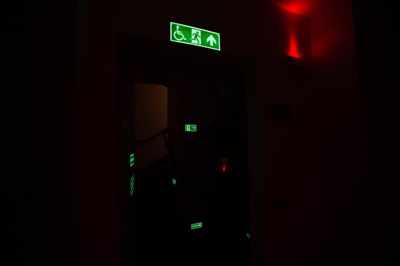 Identificação de ambiente com braille (escada de emergência e andar)/ Placa fotoluminescente de rota de evacuação acessível/ Piso tátil de alerta para deficientes visuais e pessoas com baixa visão