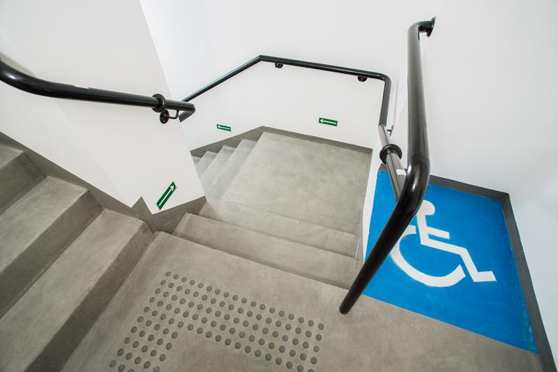 Piso tátil de alerta para deficientes visuais e pessoas com baixa visão/ Placa fotoluminescente de rota de saída/ Demarcação em estêncil de área de resgate para cadeirantes/ Sinalização em braille para corrimãos