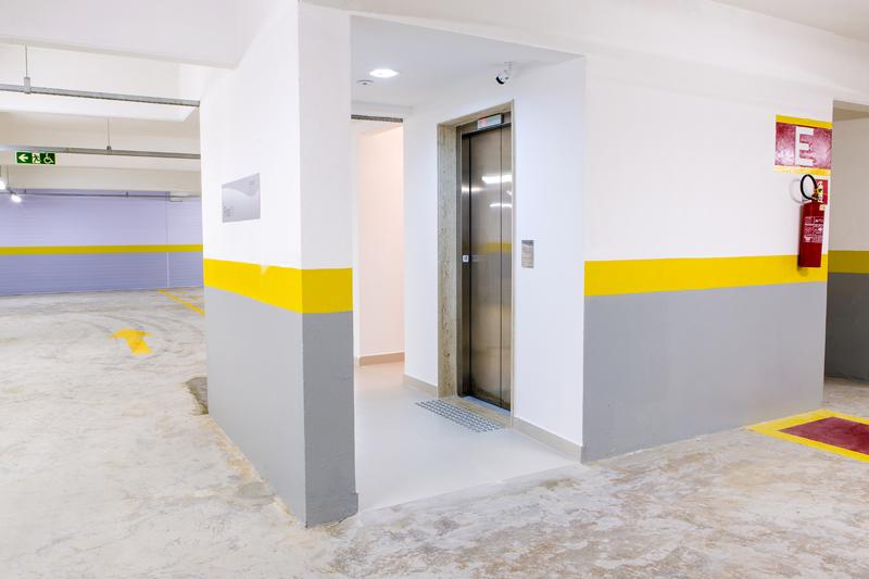 Placas fotoluminescentes (extintor de incêndio, rota de evacuação acessível)/ Piso tátil de alerta para deficientes visuais e pessoas com baixa visão/ Batente de elevador em braille/ Placa com leis de elevador