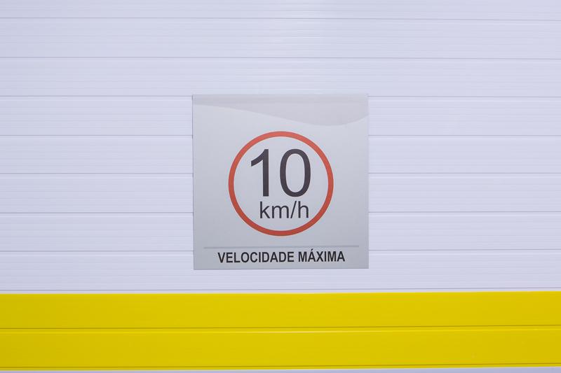 Placa com orientação de velocidade máxima permitida