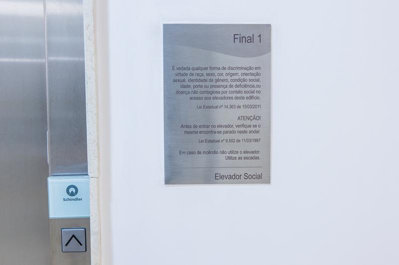 Placa com leis de elevador