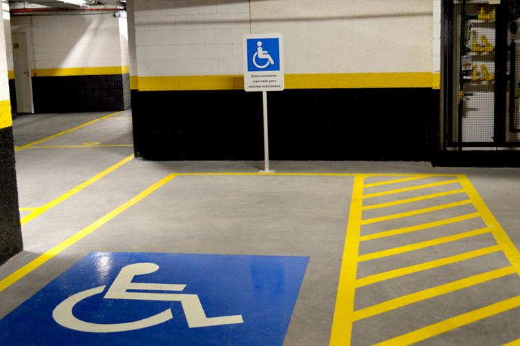 Placa de estacionamento para cadeirantes/ Demarcação em estêncil de vaga para cadeirantes